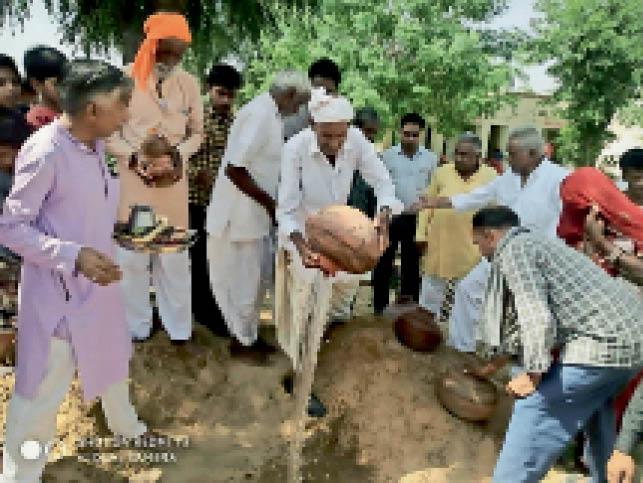 नवनिर्माण के लिए भूमि पूजन करते लोग। - Dainik Bhaskar