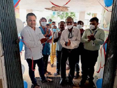 बंध्याकरण शिविर का उद्घाटन करते अस्पताल के पदाधिकारी। - Dainik Bhaskar