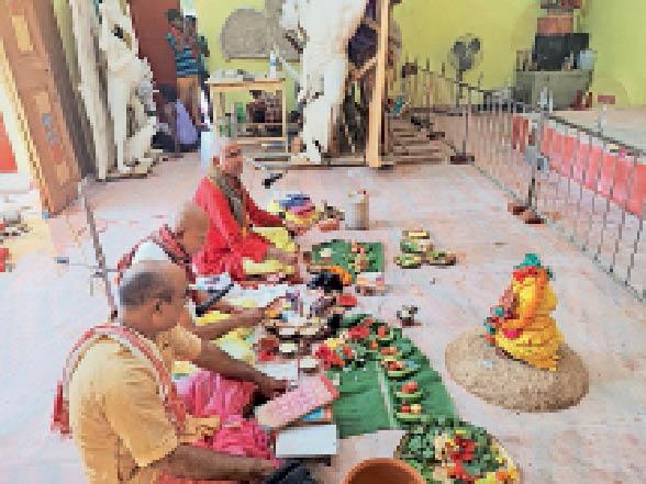 पुरानी ठाकुरबाड़ी दुर्गा मंदिर में कलश स्थापन कर मां की पूजा करते पुजारी। - Dainik Bhaskar