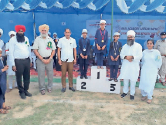 अकाल अकेडमी में आयोजित खेल में विजेता को सम्मानित करते अतिथि। - Dainik Bhaskar