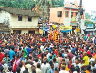 श्रद्धालुओं का सैलाब: दुर्गा प्रतिमाओं के विसर्जन के समय की तस्वीर।