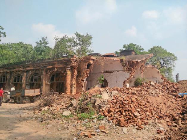 मेडिकल कॉलेज में पुराने भवन को गिराते हुए। - Dainik Bhaskar