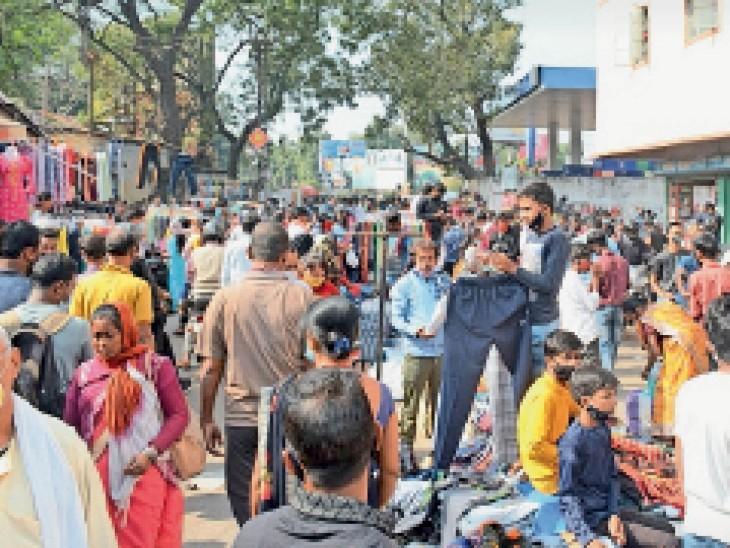 साकची बाजार में खरीदारी के लिए उमड़ी भीड़। - Dainik Bhaskar
