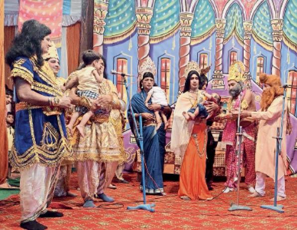 रामलीला का मंचन करते कलाकार। - Dainik Bhaskar