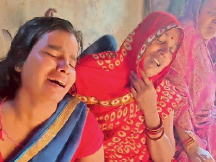 रोते-बिलखते परिजन। - Dainik Bhaskar