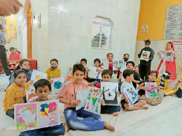 रामलीला मैदान में आयोजित प्रतियोगिता में मौजूद स्कूली बच्चे। - Dainik Bhaskar