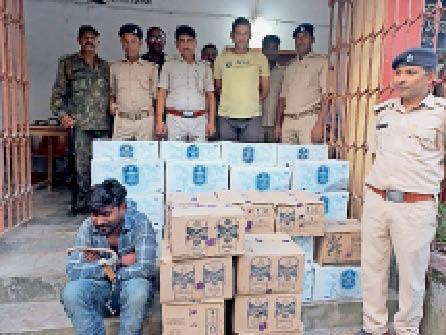 गिरफ्तार आरोपी व जब्त शराब के साथ उत्पाद विभाग की टीम। - Dainik Bhaskar