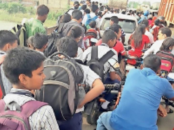 कहलगांव के कोआ पुल के पास जाम में फंसे स्कूली बच्चे। - Dainik Bhaskar