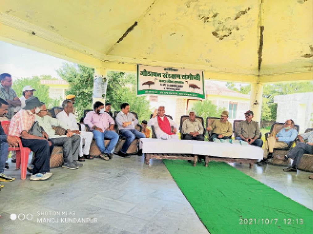 सोरसन में पर्यावरणप्रेमियों की बैठक को संबोधित करते विधायक भरत सिंह। - Dainik Bhaskar