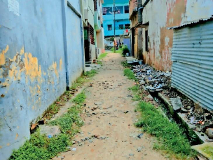 वार्ड 48 में नयाचक मोहल्ले की कच्ची सड़क। - Dainik Bhaskar