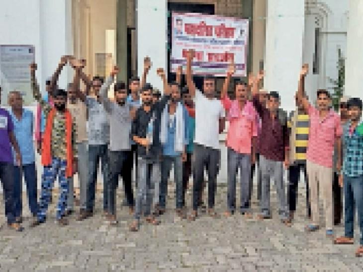 मेडिकल कॉलेज नौलखा परिसर में हड़तालियों के समर्थन उतरे सफाईकर्मी। - Dainik Bhaskar