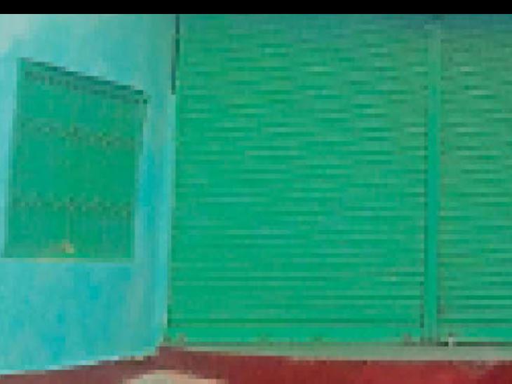 गोलदारपट्टी के रामलीला मंच पर लगा ताला। - Dainik Bhaskar