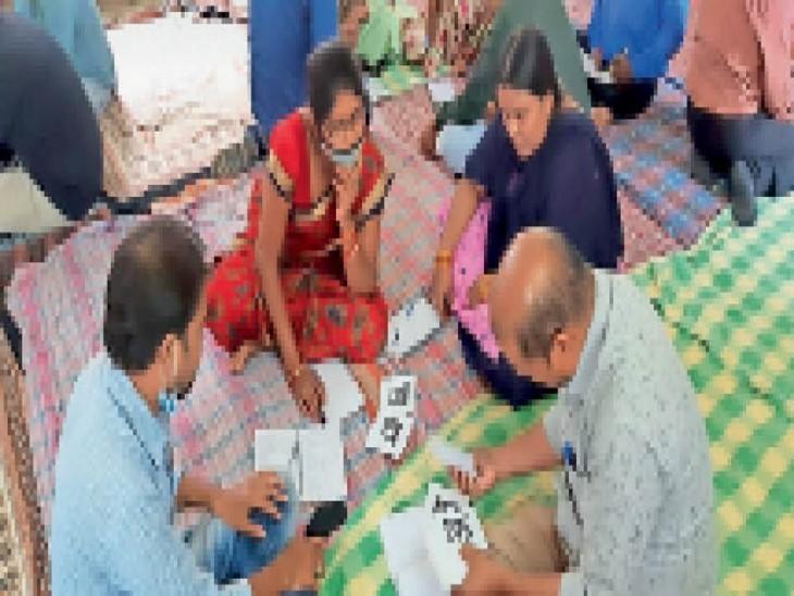 इसे लेकर शिक्षकों ने नियमित बैठकें शुरू की। बच्चों को दे रहे जानकारी। - Dainik Bhaskar