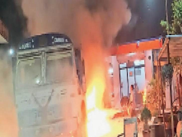 बीबीगंज स्थित पेट्रोल पंप पर लगी आग। - Dainik Bhaskar