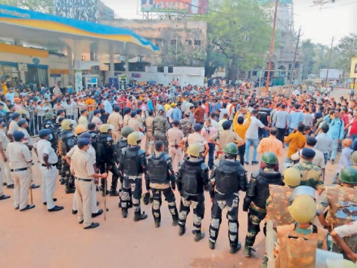 हिंदू यूवा मंच के कार्यकर्ता झंडे लेकर प्रदर्शन करते हुए, पुलिस भी मौजूद। - Dainik Bhaskar