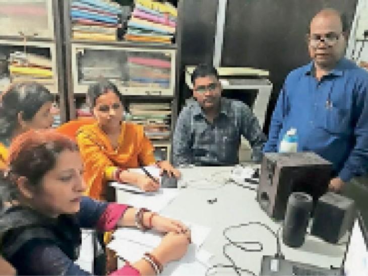 कला उत्सव को लेकर मूल्यांकन करते निर्णायक मंडल। - Dainik Bhaskar