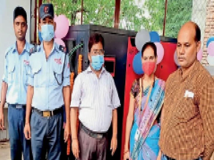 ऑक्सीजन प्लांट के उद्घाटन के मौके पर एसीएमओ डॉक्टर के एन सिन्हा अस्पताल प्रबंधक व अन्य। - Dainik Bhaskar