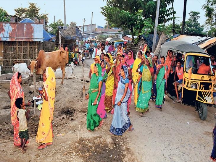 पूर्णिया के मलडीहा गांव में महिलाएं भी चुनाव प्रचार में पीछे नहीं है।