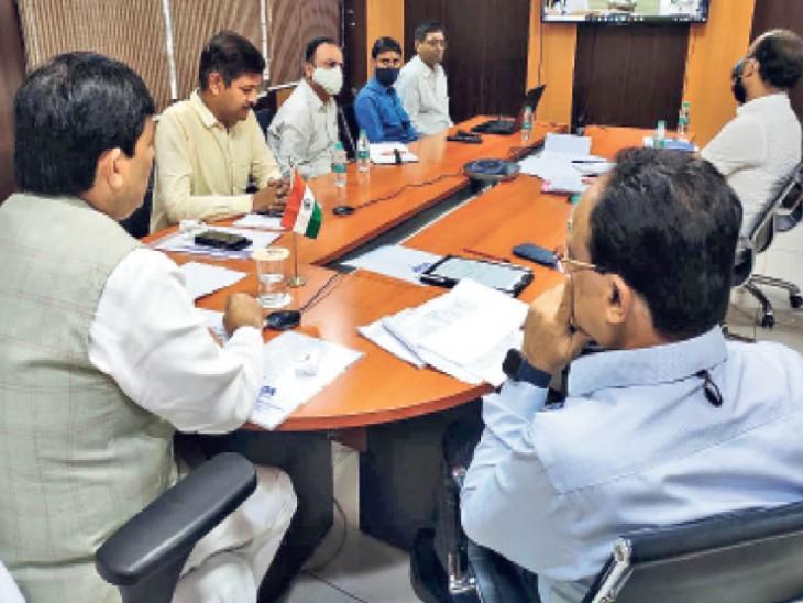 मुख्यमंत्री उद्यमी योजना की समीक्षा बैठक करते उद्योग मंत्री शाहनवाज हुसैन। - Dainik Bhaskar