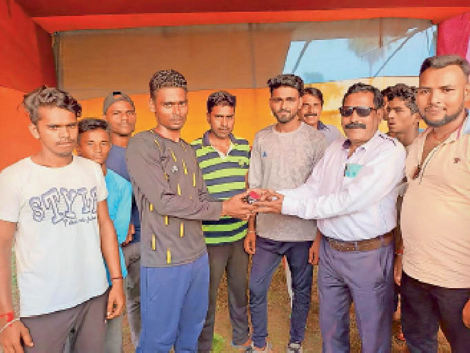 विजेता टीम के खिलाड़ियों को पुरस्कार देते अतिथि व मौजूद खिलाड़ी। - Dainik Bhaskar