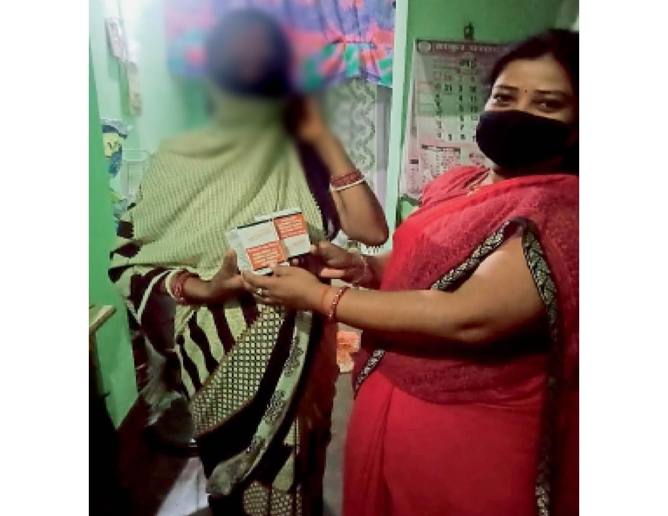 एक मरीज के घर जाकर दवा पहुंचाती कोडरमा की सीमा। - Dainik Bhaskar