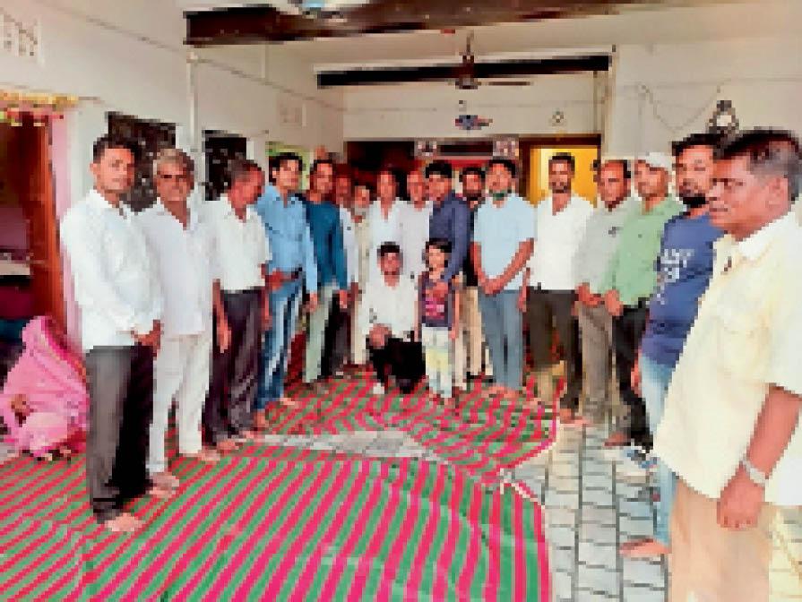 बसीटा समाज की बैठक में मौजूद लोग। - Dainik Bhaskar