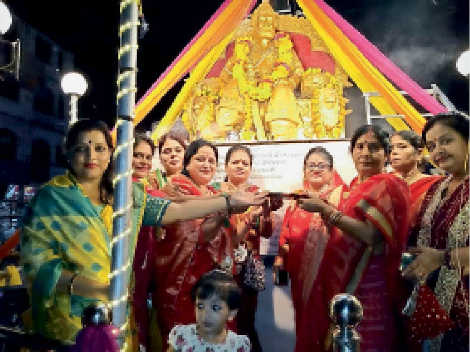 अग्रसेन महाराज की आरती करती समाज की महिलाएं। - Dainik Bhaskar