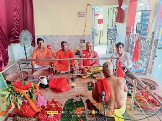 गोविंदपुर दुर्गा मंदिर में कलश स्थापना को लेकर पूजा करते पंडित व यजमान। - Dainik Bhaskar