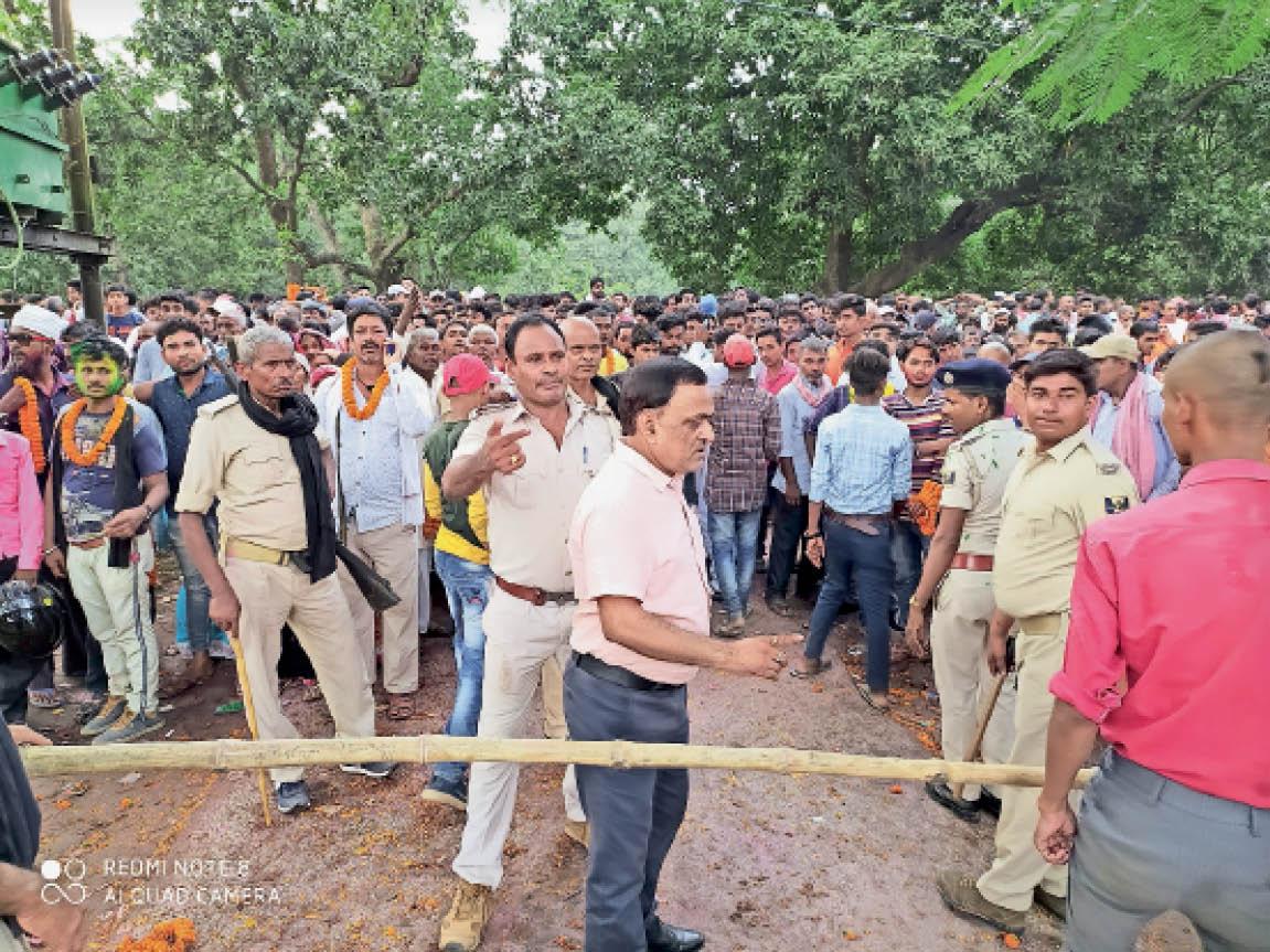 हायाघाट में नामांकन के दौरान उमड़ी भीड़ व पुलिस कर्मियों में से किसी के भी चेहरे पर नहीं था मास्क। - Dainik Bhaskar