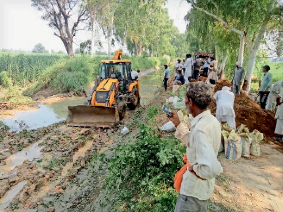 मसूदपुर माइनर में पानी बंद करवा टूटा पाट जोड़ते सिंचाई विभाग के कर्मचारी। - Dainik Bhaskar