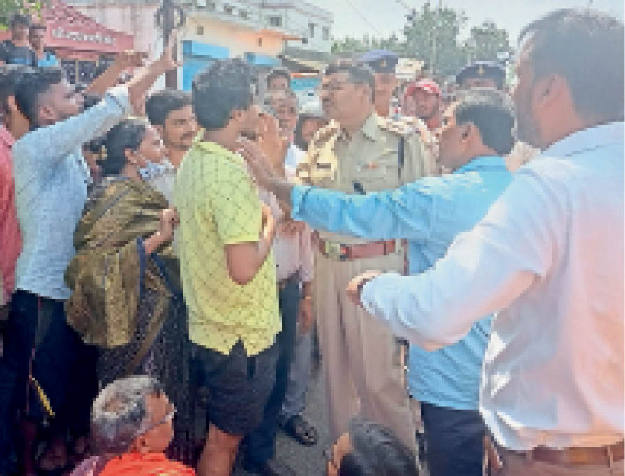 सड़क जाम के दौरान पुलिस पदाधिकारी से वार्ता करते लोग और सड़क जाम में शामिल भाजपा व अभाविप के कार्यकर्ता। - Dainik Bhaskar