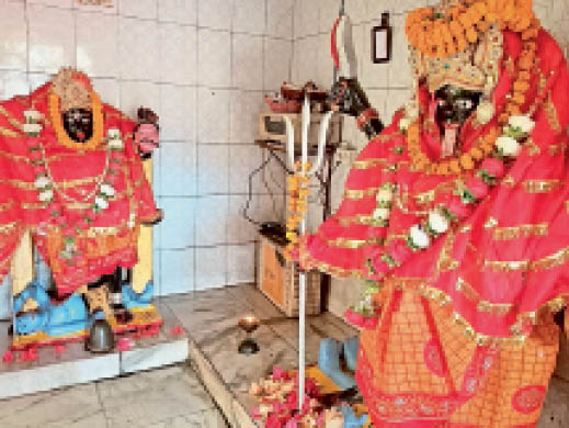 शंकर चाैक स्थित काली मंदिर में स्थापित प्रतिमाएं। - Dainik Bhaskar