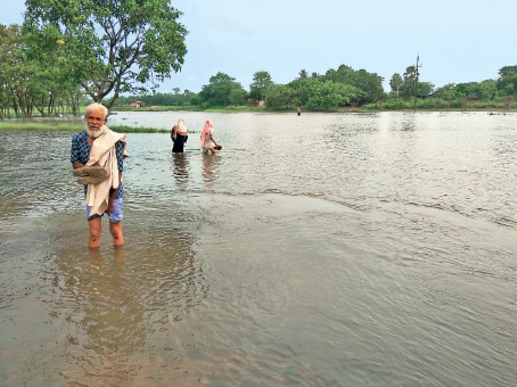 बाजपट्टी के वनभिरवा टाेला में पानी पार कर जाते लाेग। नाव की व्यवस्था नहीं होने के कारण लोगों को जान-जोखिम में डालकर आना-जाना होता है। - Dainik Bhaskar