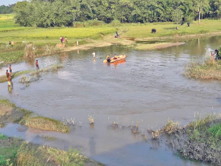 सुप्पी में शव की तलाश में लगी एसडीअारएफ की टीम। - Dainik Bhaskar