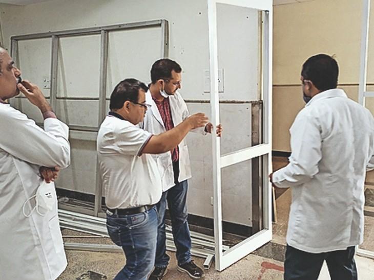 अस्पताल में फ्लू काॅर्नर का निरीक्षण करते पीएमओ डाॅ. संजीव व अन्य अधिकारी। - Dainik Bhaskar