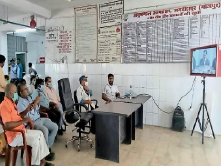 जगदीशपुर में ऑक्सीजन प्लांट के लोकार्पण कार्यक्रम में शामिल लोग। - Dainik Bhaskar