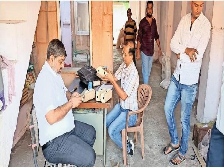 मंडाेर मंडी में कार्रवाई करती चिकित्सा विभाग की टीम। - Dainik Bhaskar