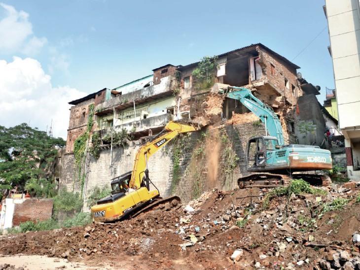 मुकाती महल पर कार्रवाई के बाद पीछे की दीवार को अब धीरे-धीरे ढहाएंगे। - Dainik Bhaskar