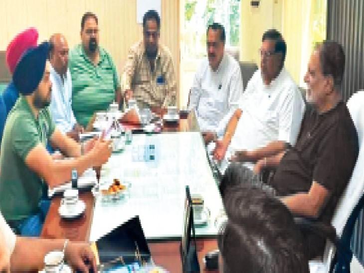 मेयर बलकार संधू के साथ कैंप ऑफिस में मीटिंग करते हुए। - Dainik Bhaskar