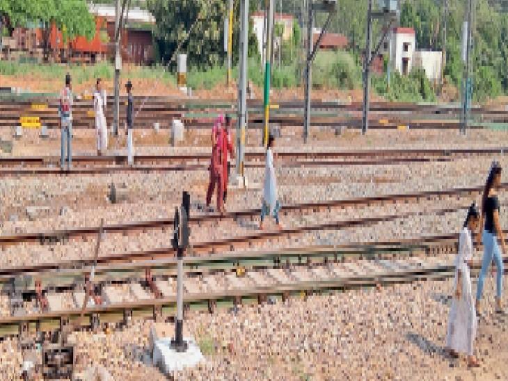जालंधर स्टेशन पर लकड़ी के पुल के पास जान जाेखिम में डालकर रेलवे लाइन क्राॅस कर जाते लाेग। - Dainik Bhaskar
