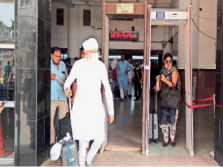 सिटी रेलवे स्टेशन के मुख्य गेट पर लगे मेटल डिटेक्टर के पास से आते-जाते लाेग। - Dainik Bhaskar