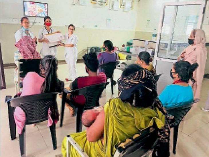सिविल अस्पताल में बच्चों को फीडिंग और उनकी संभाल के लिए जानकारी देते हुए डॉक्टर व अन्य। - Dainik Bhaskar