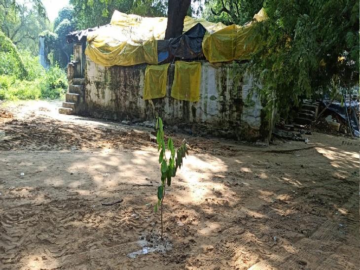 आजाद पार्क में इस स्थान पर तीन मजारें थीं जिन्हें अब ध्वस्त कर दिया गया है।