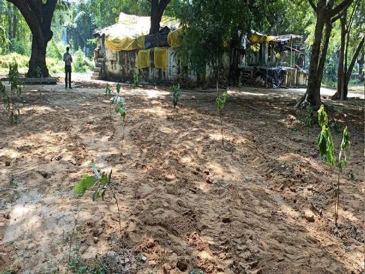 आजाद पार्क में इस स्थान पर अतिक्रमण था जिसे पीडीए ने अब ध्वस्त कर दिया है।
