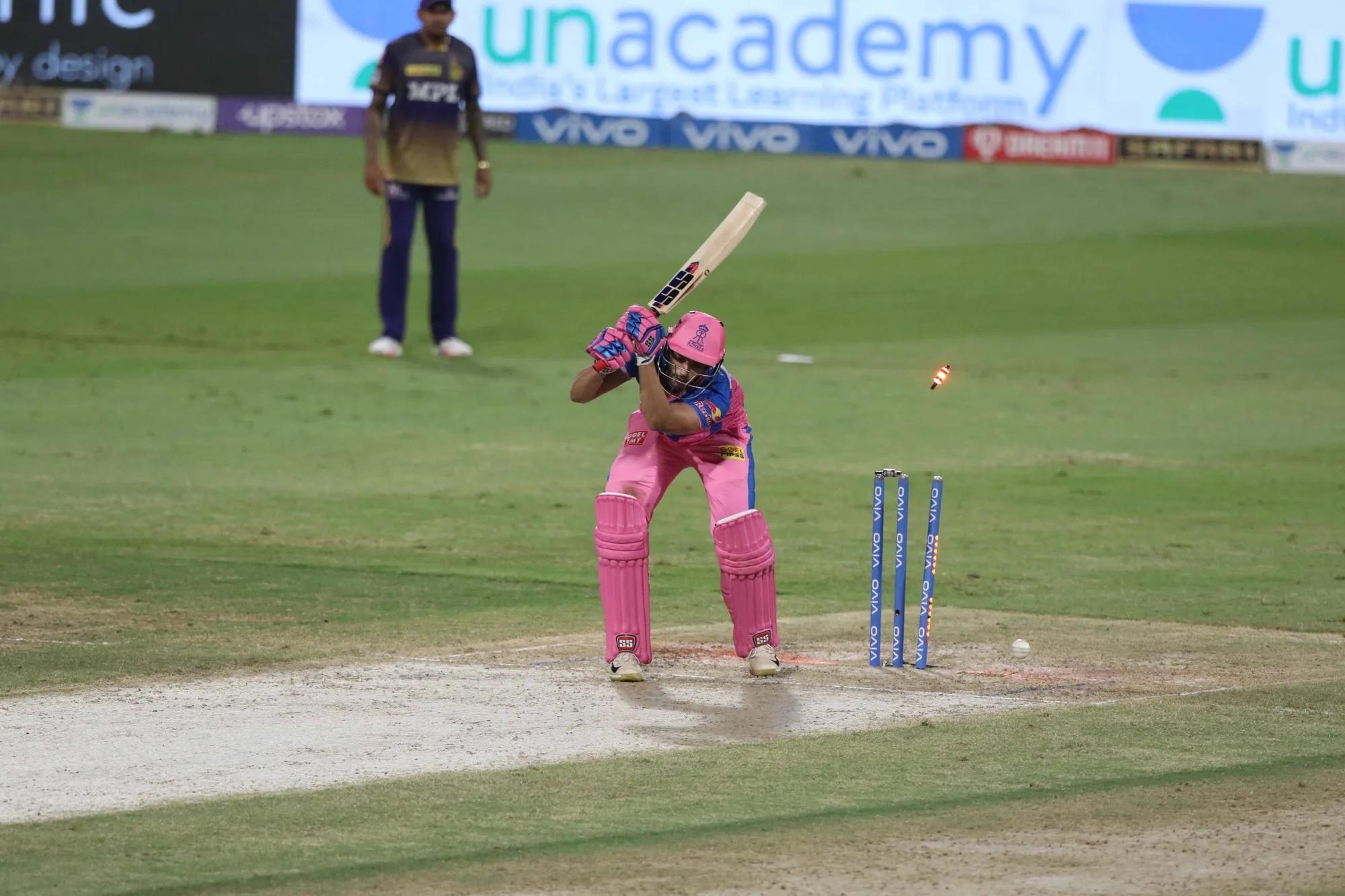 शॉट मिस करते ये बल्लेबाज शिवम दुबे हैं। इन्होंने फेज 2 शुरू होने से पहले प्रैक्टिस मैच में 7 छक्के जड़े थे, लेकिर RR ने इन्हें शुरुआती 4 मैच प्लेइंग 11 से बाहर बिठाए रखा। दरअसल, फेज 2 में रॉयल्स ने कुल 7 मैच खेले। इनमें एक भी ऐसा मैच नहीं था जब पिछली प्लेइंग 11 को अगले मैच में कंटीन्यू किया गया हो। हर मैच में टीम ने अपने खिलाड़ी बदले। पूरे सीजन में टीम अपना बेस्ट प्लेइंग 11 ही तय नहीं कर पाई।