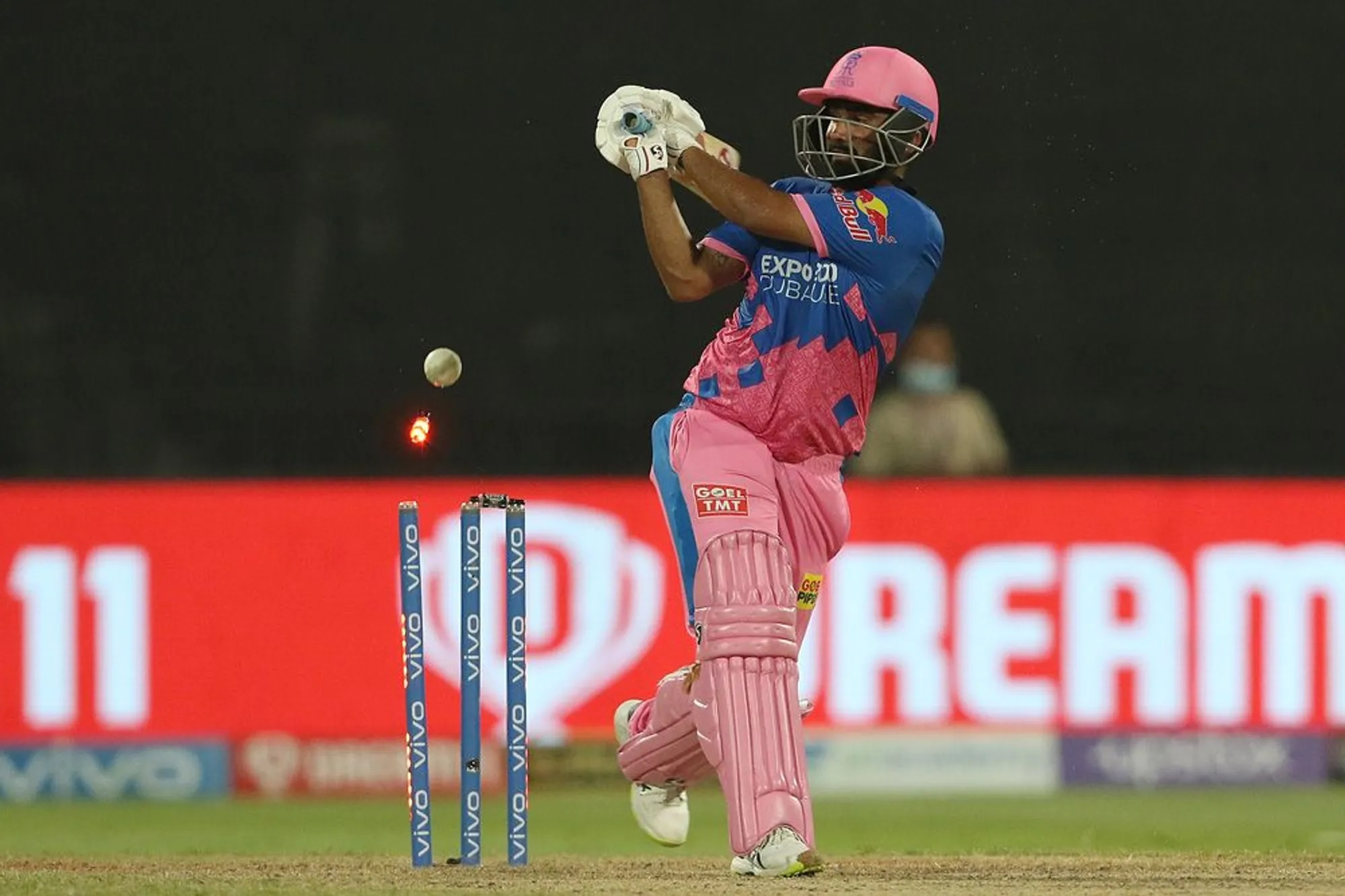 ये तस्वीर उस खिलाड़ी की है जिसने IPL 2020 में एक ओवर की 6 गेंदों में 5 छक्के उड़ाए थे, लेकिन IPL 2021 के कुल 14 मैच में सिर्फ 6 छक्के लगा पाए। साल 2020 के IPL में इन्होंने इतने ही मैच में 17 छक्के लगाए थे।