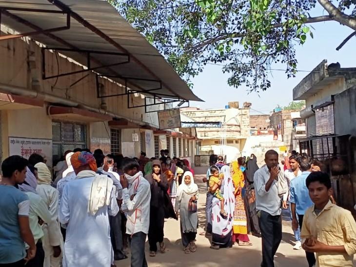 गंगापुर सिटी-ओपीडी काउंटर पर जमा भीड़। - Dainik Bhaskar