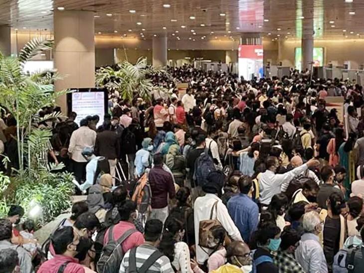 मुंबई एयरपोर्ट पर यात्रियों की खचाखच भीड़; लंबी कतारों में खड़े रहे लोग, फ्लाइट छूटने से मची अफरा-तफरी|देश,National - Dainik Bhaskar