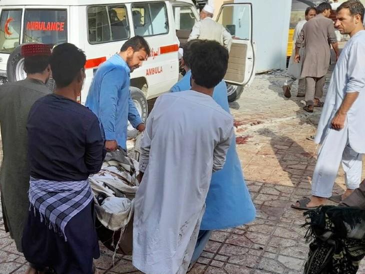 एंबुलेंस के जरिए घायलों को अस्पताल ले जाया गया। घायलों की संख्या को देखते हुए मरने वालों की तादाद बढ़ने की आशंका है।