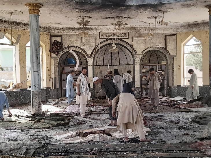 मस्जिद में धमाके के बाद का दृश्य बेहद भयावह है। यहां खून, फटे कपड़े और मस्जिद में टूट-फूट नजर आ रही है।